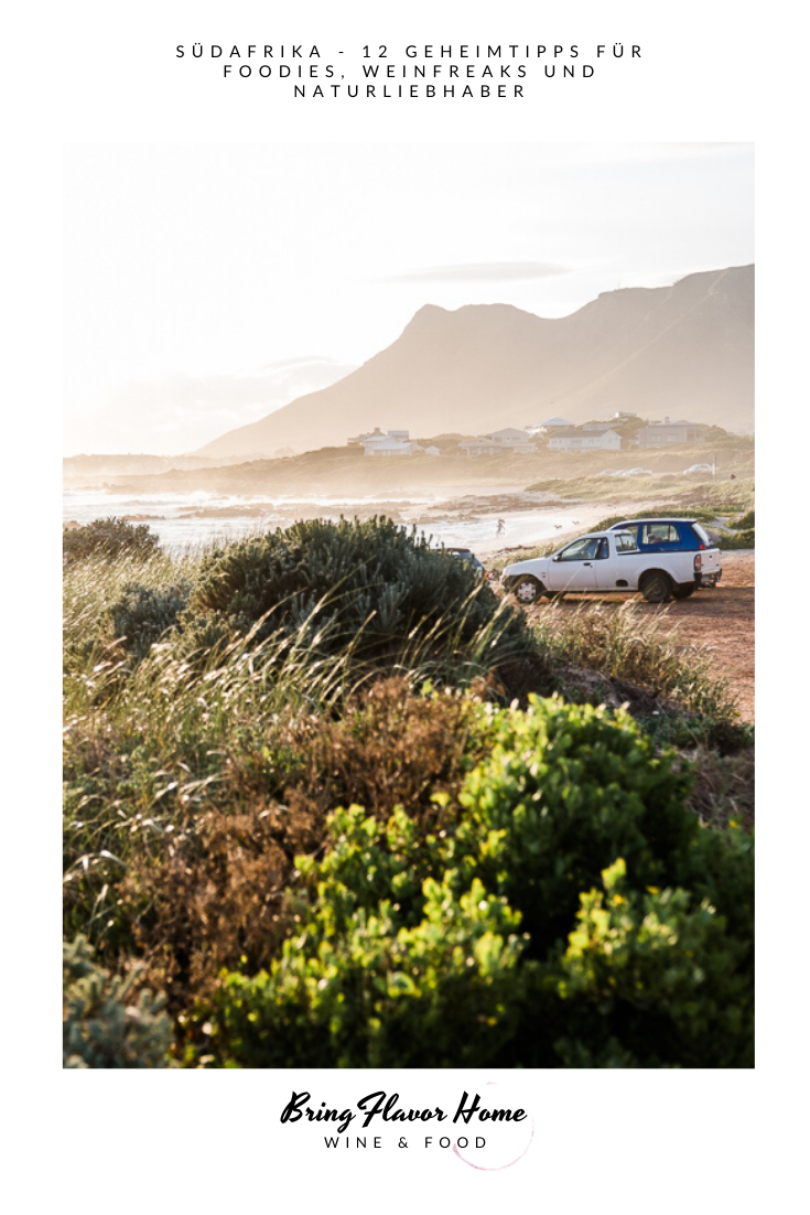 Sandbaai bei Sonnenuntergang am Strand in Südafrika